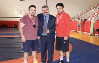 Üç kardeş Rusya'da şampiyonluk için mindere...
