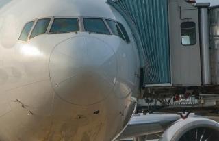 Uçağını kaçıran yolcu kapıyı kırarak aprona...