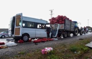 Ahlat'ta minibüs traktörle çarpıştı: 2...