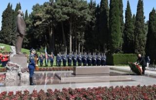 Azerbaycan eski Cumhurbaşkanı Aliyev mezarı başında...