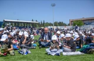 Binlerce öğrenci stadyumda kitap okudu