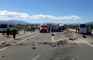 Halk otobüsü ile otomobil çarpıştı: 2 ölü,...