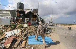 İsrail askerleri Gazze sınırında bir Filistinliyi...