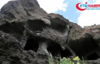 Defineciler antik kaya mezarları patlayıcılarla...
