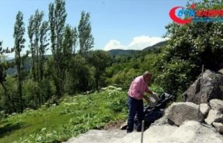 İzmariti yere atan köyün işlerini yapıyor