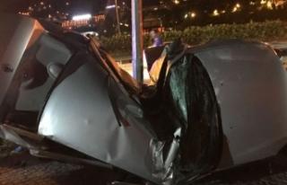 Otomobil aydınlatma direğine çarptı; sürücü...
