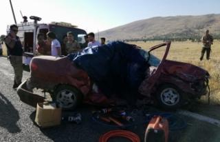Diyarbakır'da otomobil ile tır çarpıştı:...