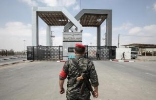 Mısır Refah Sınır Kapısı'nı geçişlere...