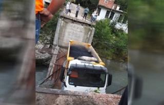 Üzerinden kamyon geçtiği sırada köprü çöktü