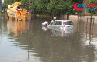 Vatan Caddesi'nde araçlar suya gömüldü