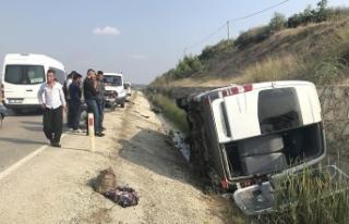 Adana'da otomobil ile minibüs çarpıştı:...