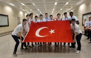 Avrupa üçüncüsü genç basketbolcular çiçeklerle...