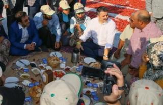 Bakan Pakdemirli tarlada tarım işçileriyle kahvaltı...