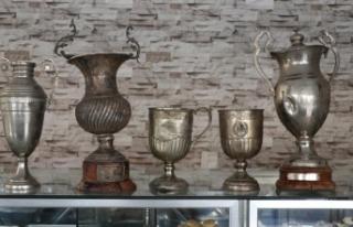 Denizlispor'un çöpten çıkan kupaları müzede