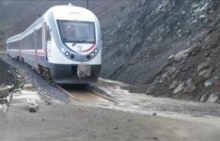 Erzincan-Sivas demiryolu heyelan nedeniyle ulaşıma...
