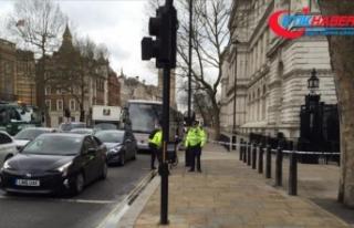 İngiltere'de parlamento binasının bariyerlerine...