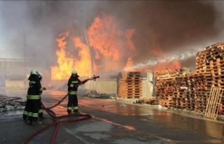 Konya'da mobilya dekorasyon fabrikasında yangın