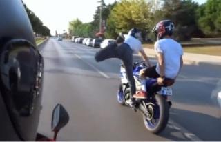 Motosikletli maganda uslanmıyor