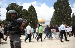 Yahudi yerleşimcilerden İsrail polisi eşliğinde...
