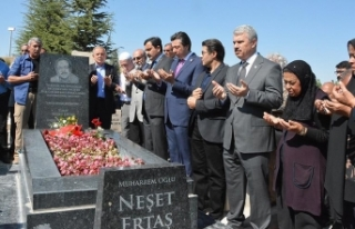 Halk ozanı Neşet Ertaş mezarı başında anıldı