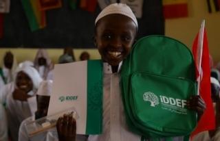 İDDEF'ten Afrikalı öğrencilere kırtasiye...