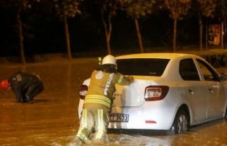 İstanbul'da yağış nedeniyle araçlar mahsur...