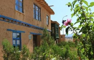 Sonsuz Şükran köyünün kerpiç evleri betona alternatif...