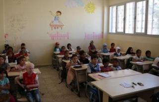 Suriye'de TDV'nin desteklediği okulda ders...