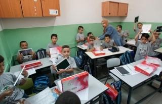 TİKA Kudüs'teki Filistinli öğrencilere tablet...