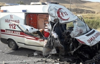 Van'da tır ile ambulans çarpıştı: 4 yaralı