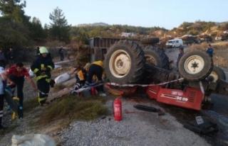 Devrilen traktörün altında kalan sürücü yaralandı,...