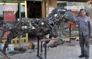 Yarım ton hurda ile at heykeli yapıyor