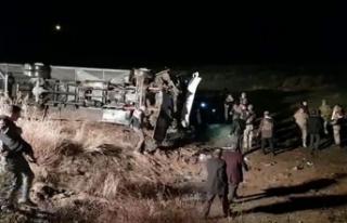 Ağrı'da yolcu otobüsü şarampole devrildi:...