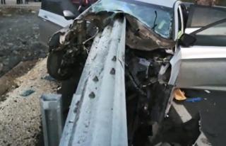 Bariyer otomobile ok gibi saplandı: 1 ölü, 1 yaralı