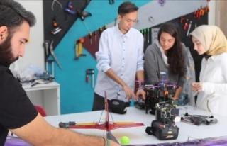 Kız çocuklarının 'bilim ve teknolojiye yönelmesi'...