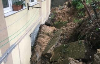 Sarıyer'de istinat duvarı çöktü, bir ev zarar...