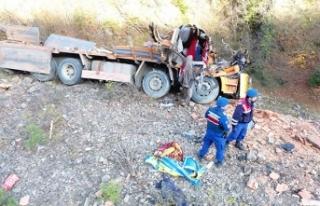 Sinop'ta kamyon şarampole yuvarlandı: 2 ölü,...