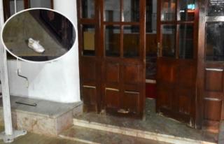 Tarihi caminin tahta kapısını ve camını kırıp...