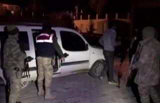 Van'da 5 kişilik araçta 17 kişi yakalandı