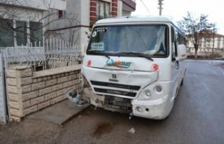 Aksaray'da öğrenci servisiyle kamyonet çarpıştı:...