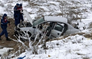 Ankara'da otomobil şarampole devrildi: 2'si...