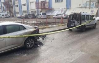 Bağcılar'da 2 araç alev alev yandı