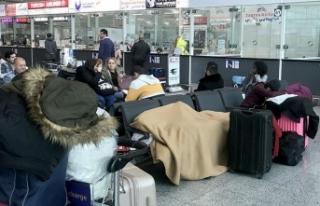 Bilet alamayan Kolombiyalı dansçılar havalimanında...