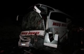Bingöl'de yolcu otobüsü kamyona çarptı:...