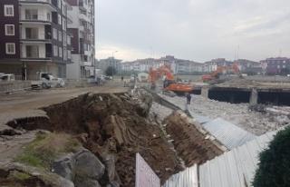 Edremit'te AVM yıkımı sırasında istinat duvarı...