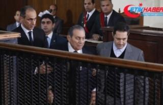 Mursi ve Mübarek mahkemede yüz yüze geldi
