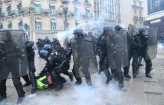 Paris'te 'sarı yeleklilere' polis...