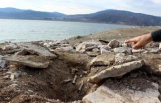Sular çekilince, eski mezarlık ortaya çıktı