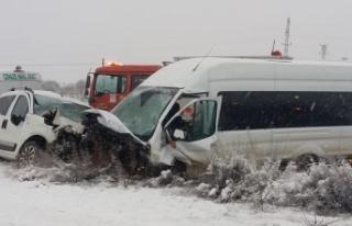 Yolcu minibüsüyle hafif ticari araç çarpıştı...