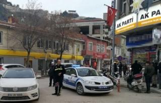 AK Parti ve MHP ilçe başkanlığı binası önünde...